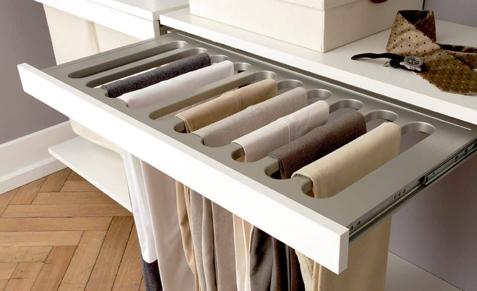 The picture depicts an extractable device which is used to hang up trousers. The function is part of the Quattro Plus walk-in wardrobe by Ars Nova Collection.
